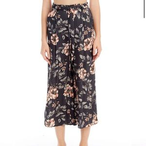 SALTWATER LUXE size M cropped floral navy pants